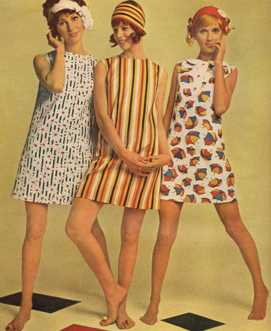 Người mẫu mặc váy suông ngắn thập niên 60