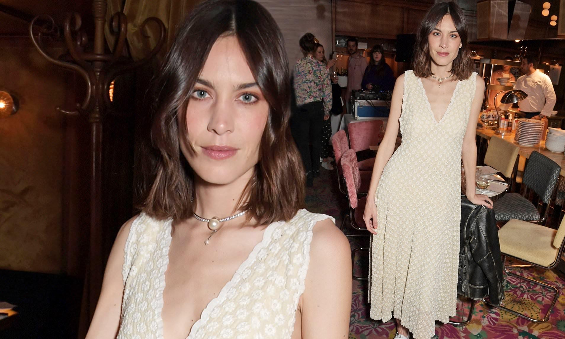 alexa chung diện đầm trắng và dây chuyền ngọc trai