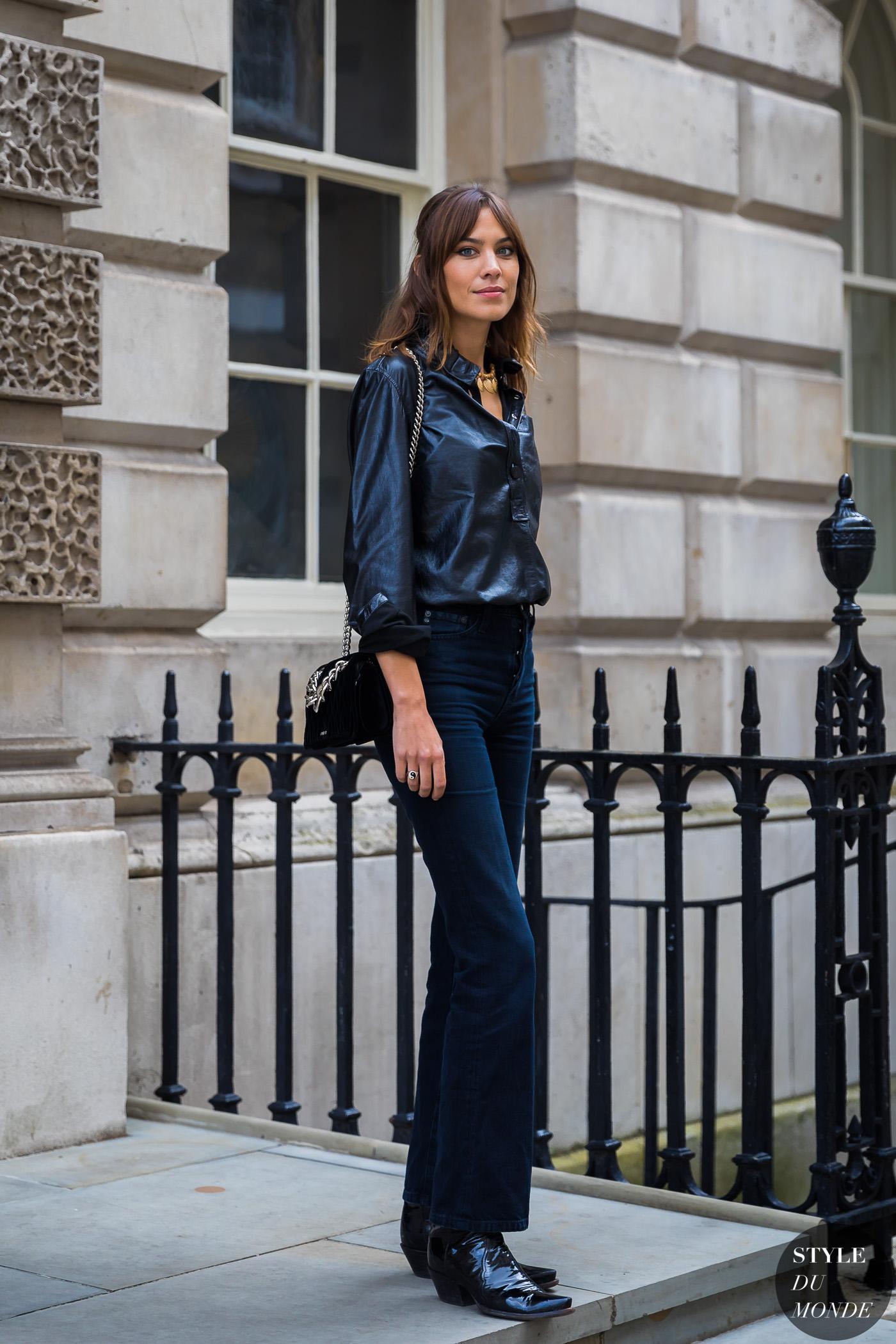 alexa chung mặc quần jeans đen và áo sơmi lụa