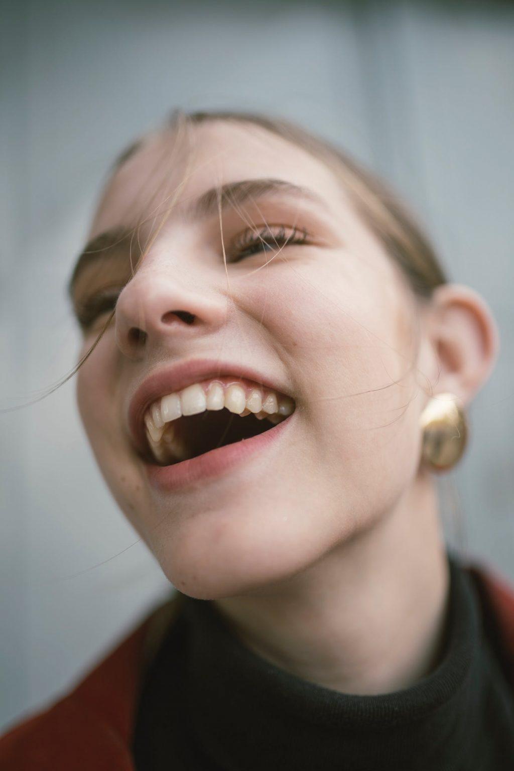 chăm sóc răng miệng - cô gái cười