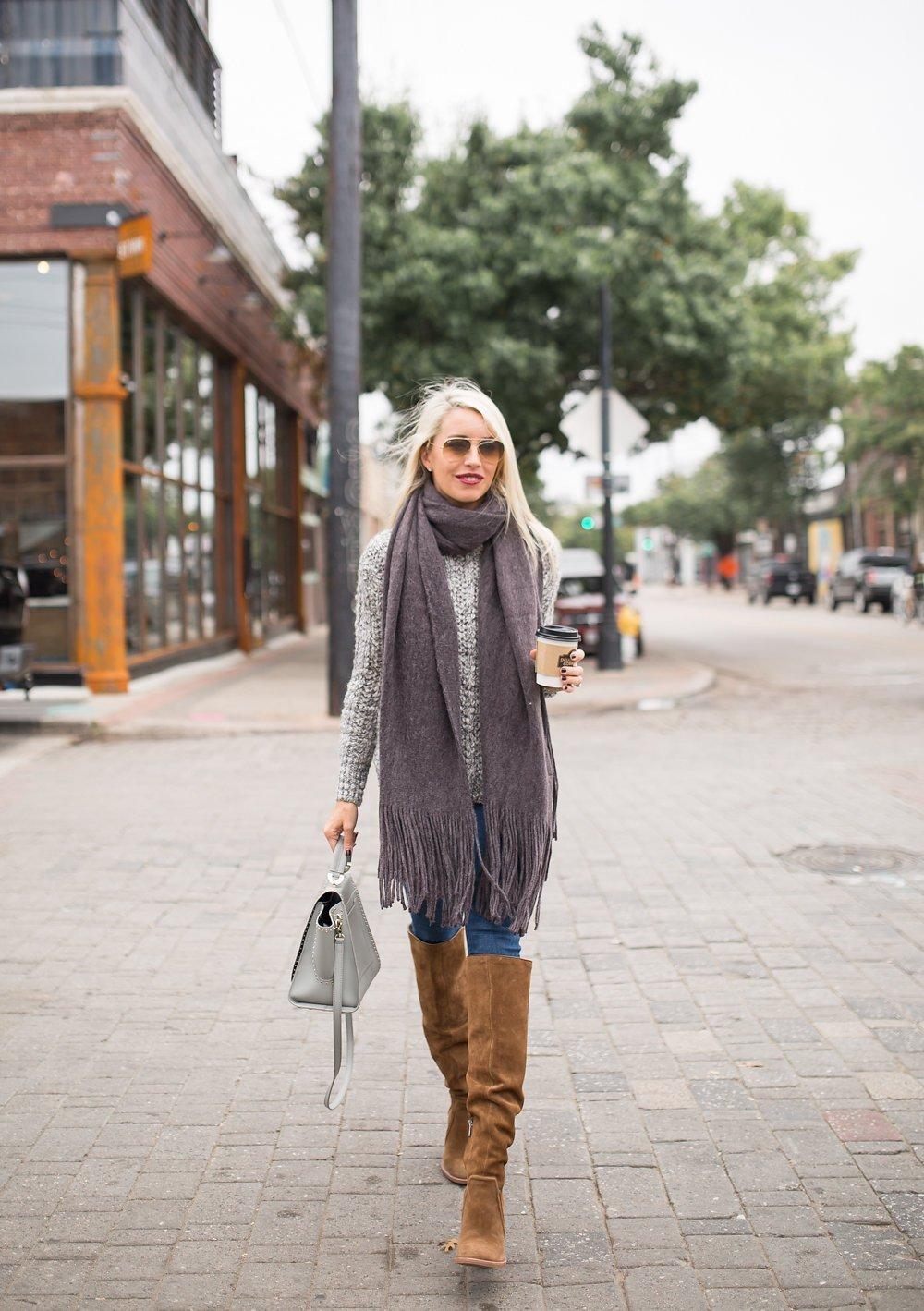 fashionista đeo khăn choàng to bản màu xám