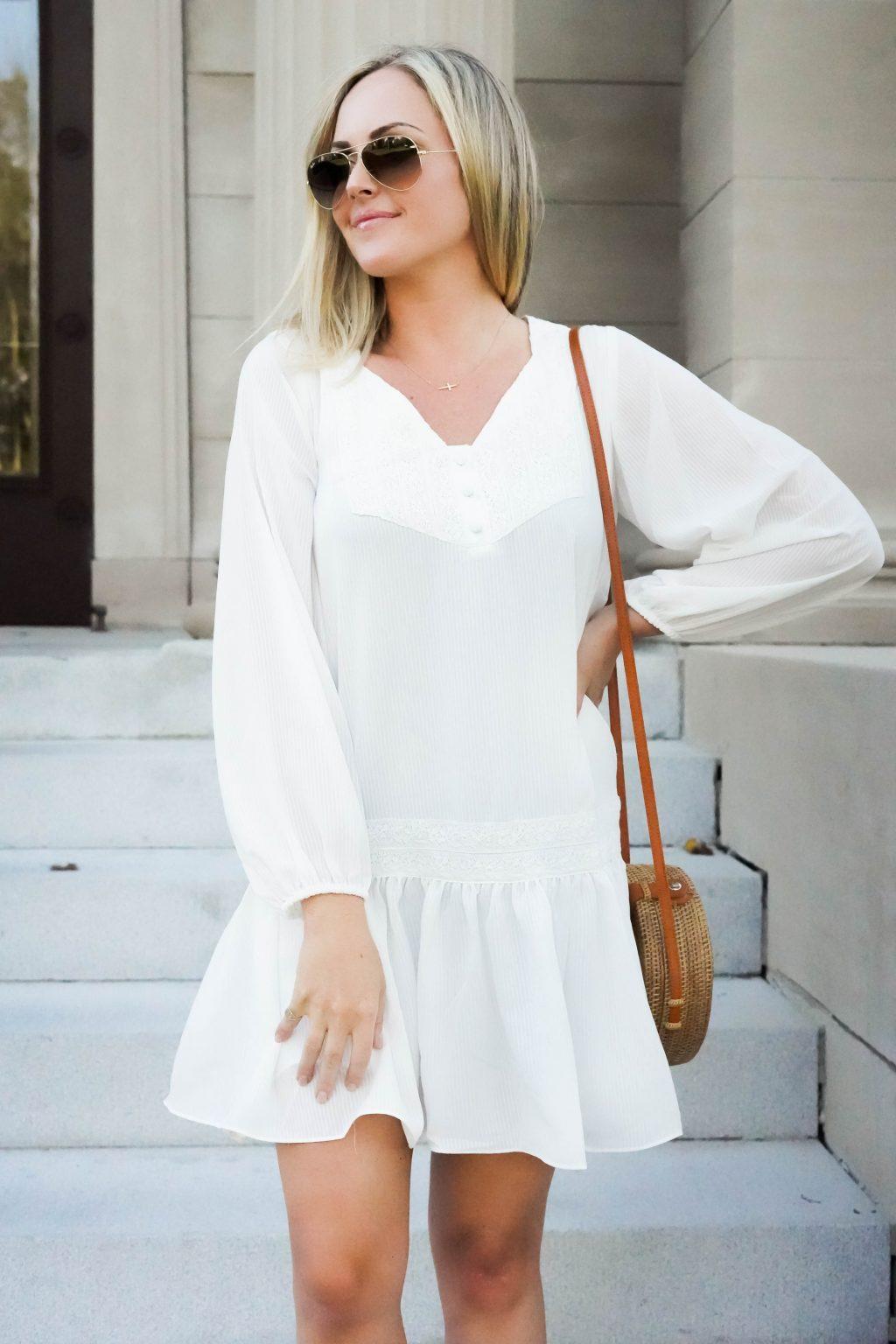 Fashionista mặc váy trắng thiết kế hạ eo