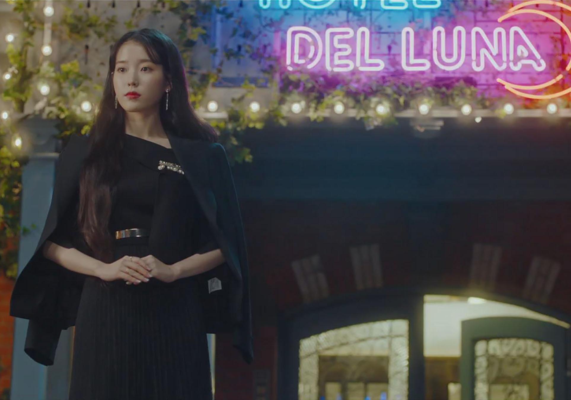 iu chân váy đen blazer đen hotel del luna