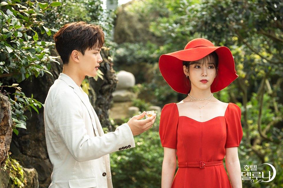 iu mặc đầm đỏ mũ đỏ hotel del luna ep 9