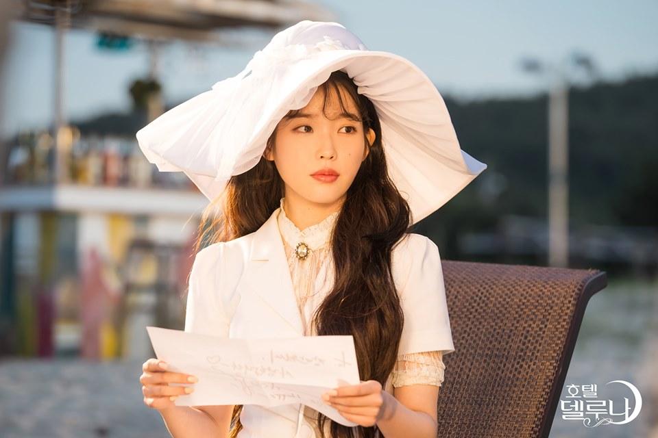 phong cách thời trang IU suit trắng mũ rộng vành