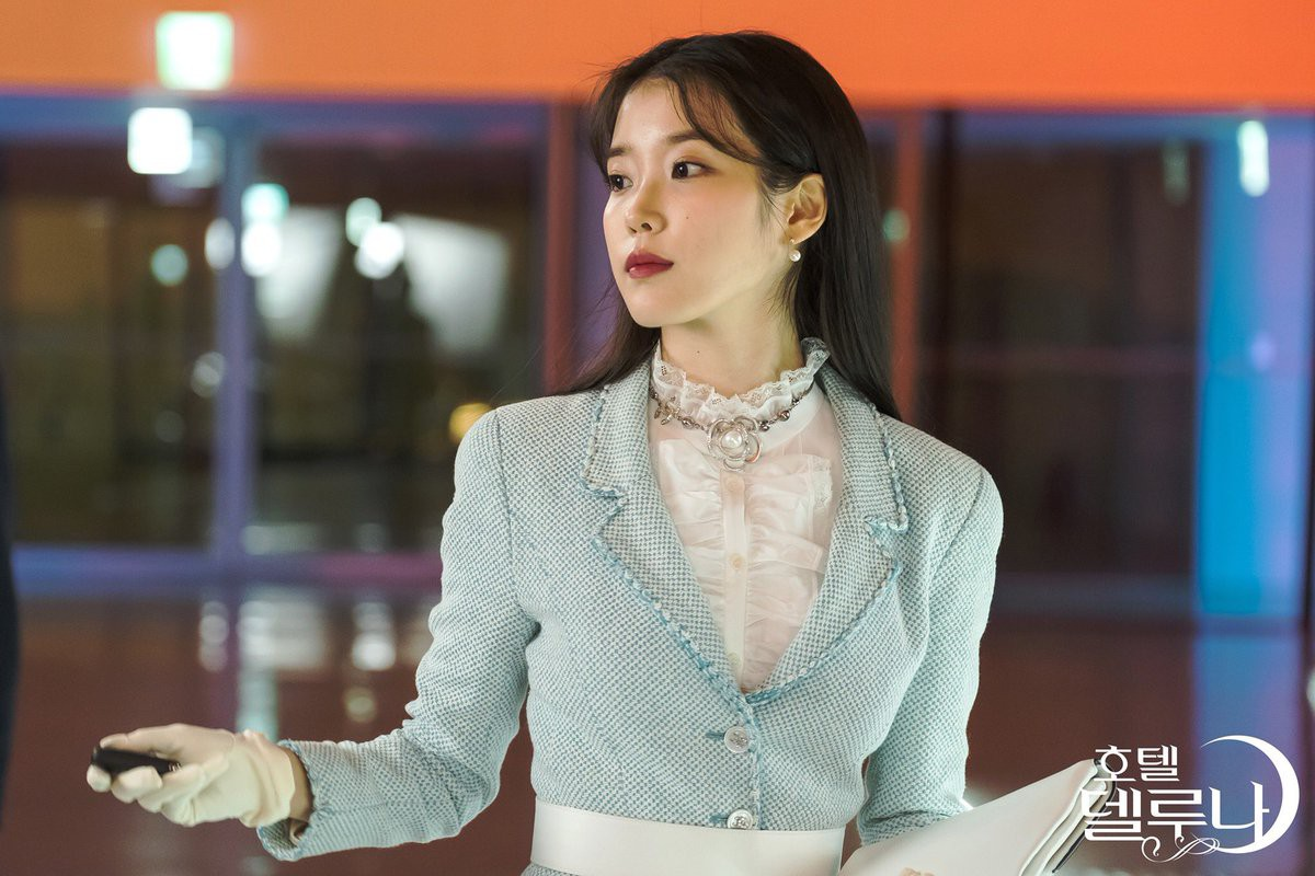 IU suit xanh baby vải tweed găng tay chanel phong cách thời trang