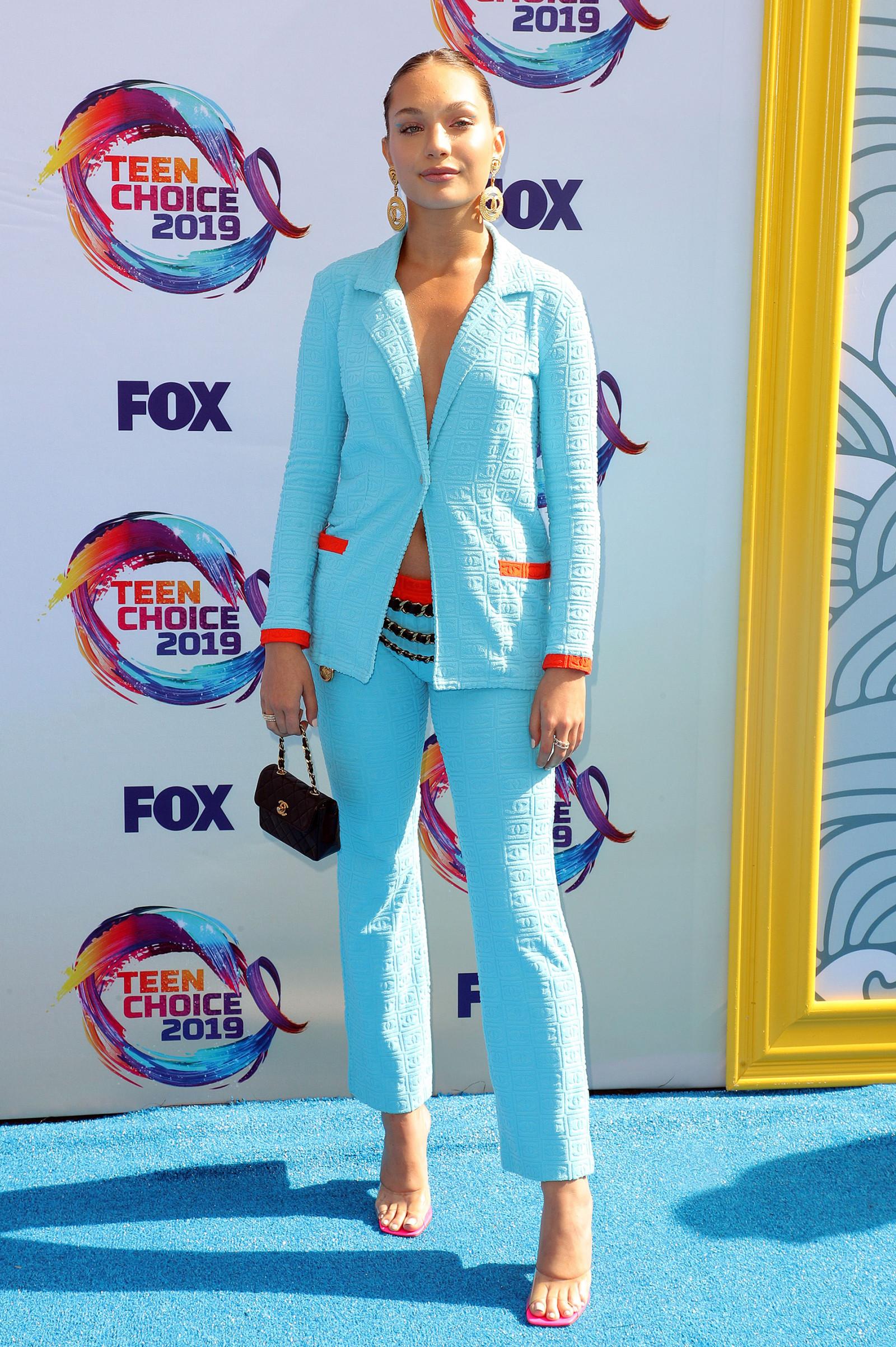 Maddie Ziegler diện suit và quần âu màu xanh dương Chanel