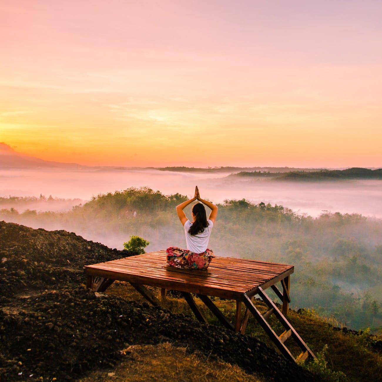 cô gái tập yoga trên núi