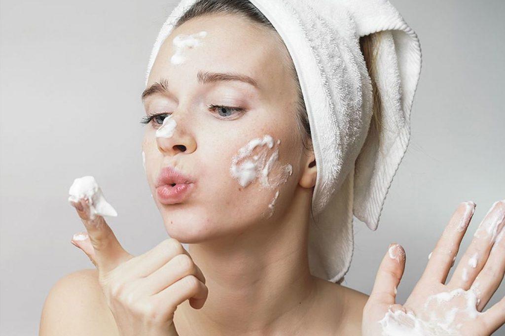 Chú trọng bước rửa mặt để bảo toàn nhan sắc theo thời gian.