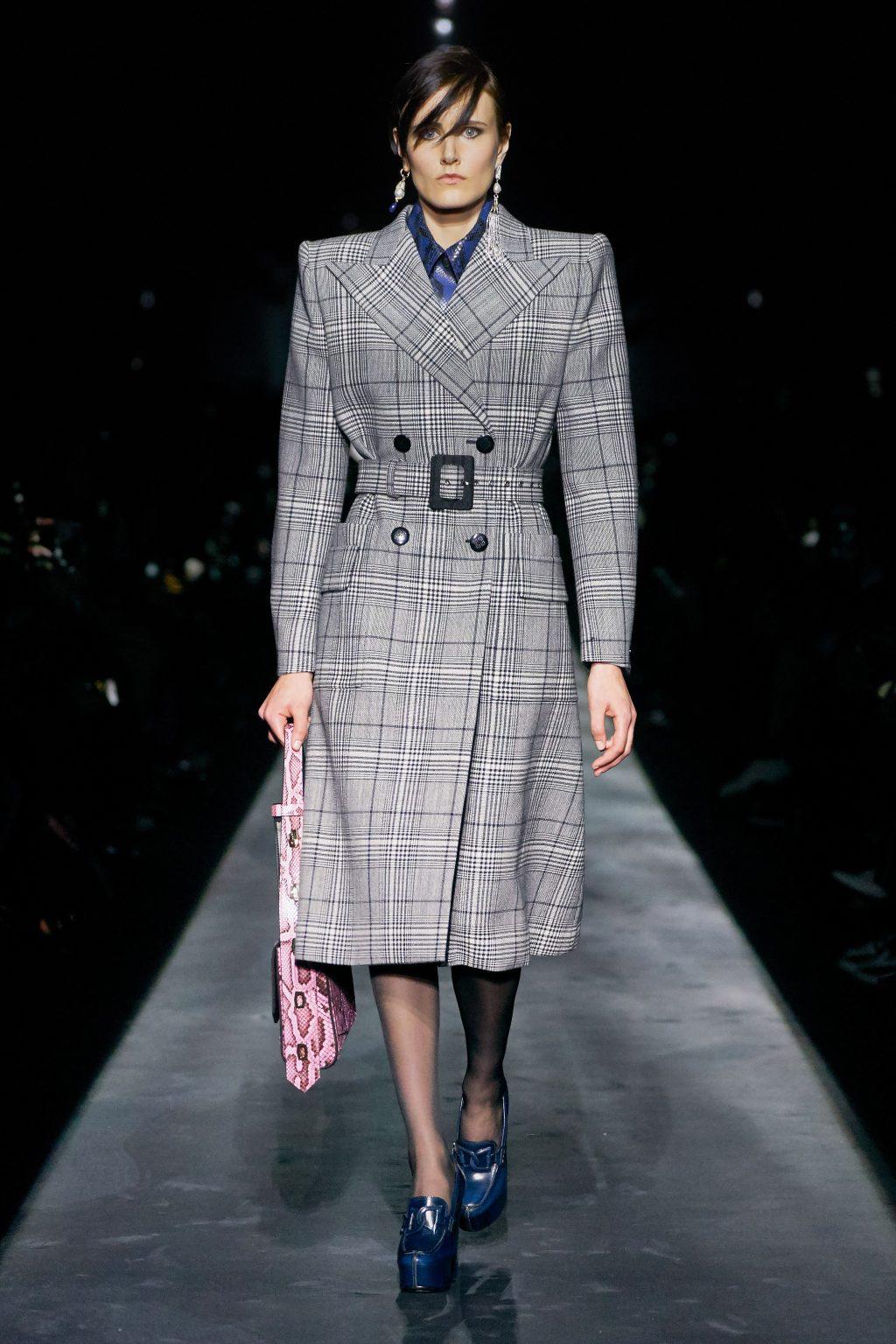 Loafer - item cơ bản của phong cách Preppy xuất hiện trên sàn diễn trong màu xanh navy đang trở thành một trong những xu hướng của mùa thu năm nay. Thiết kế của nhà mốt Givenchy trong bộ sưu tập mùa thu năm 2019