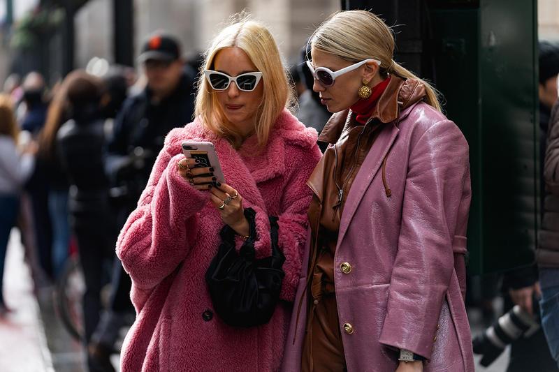 fashionista mặc áo khoác lông màu hồng