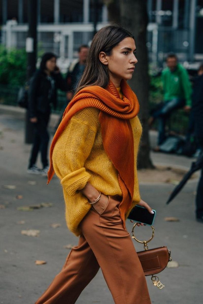fashionista kết hợp màu vàng và tông cam đất