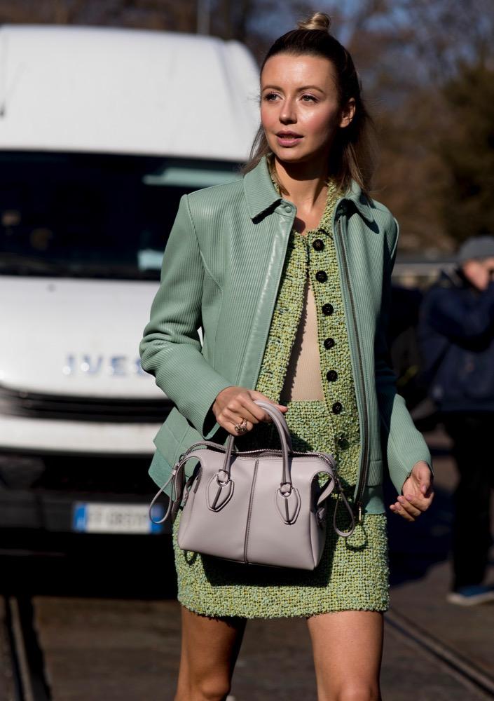 fashionista mặc suit và áo khoác màu xanh lá