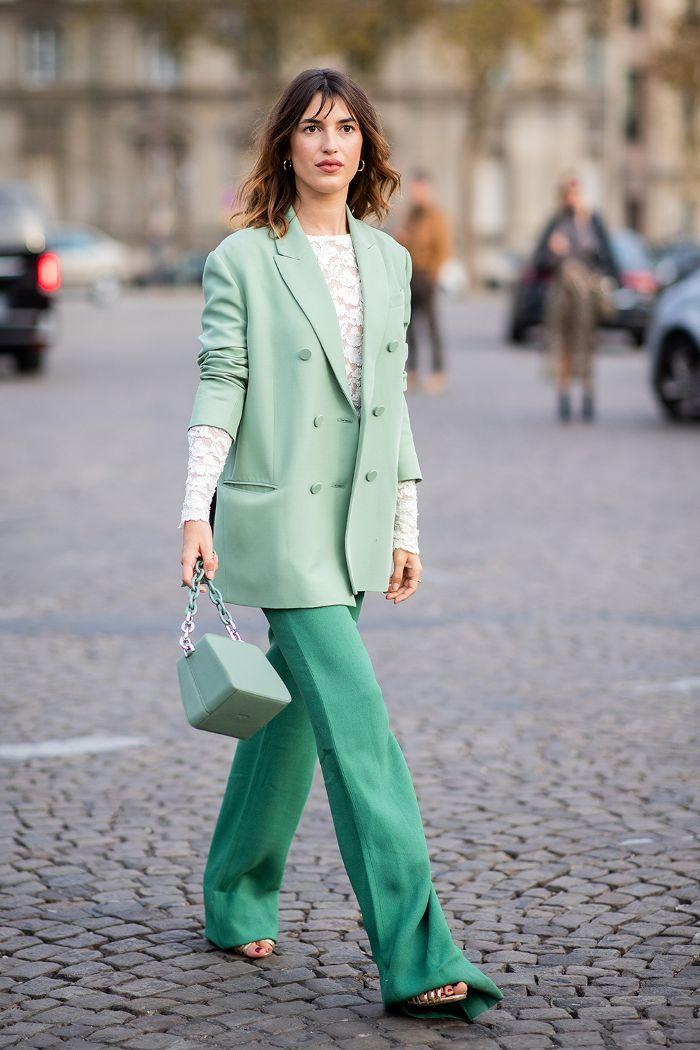 jeanne damas mặc suit màu xanh lá