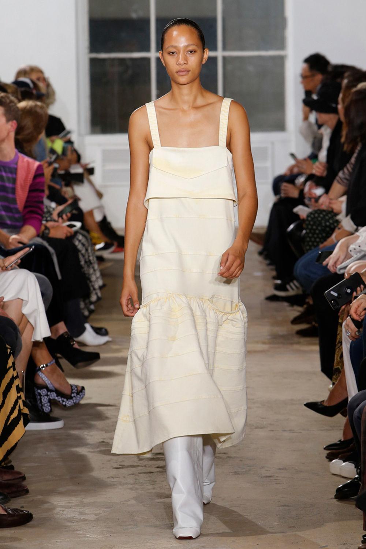 Người mẫu mặc váy vàng quần trắng của nhà Proenza Schouler
