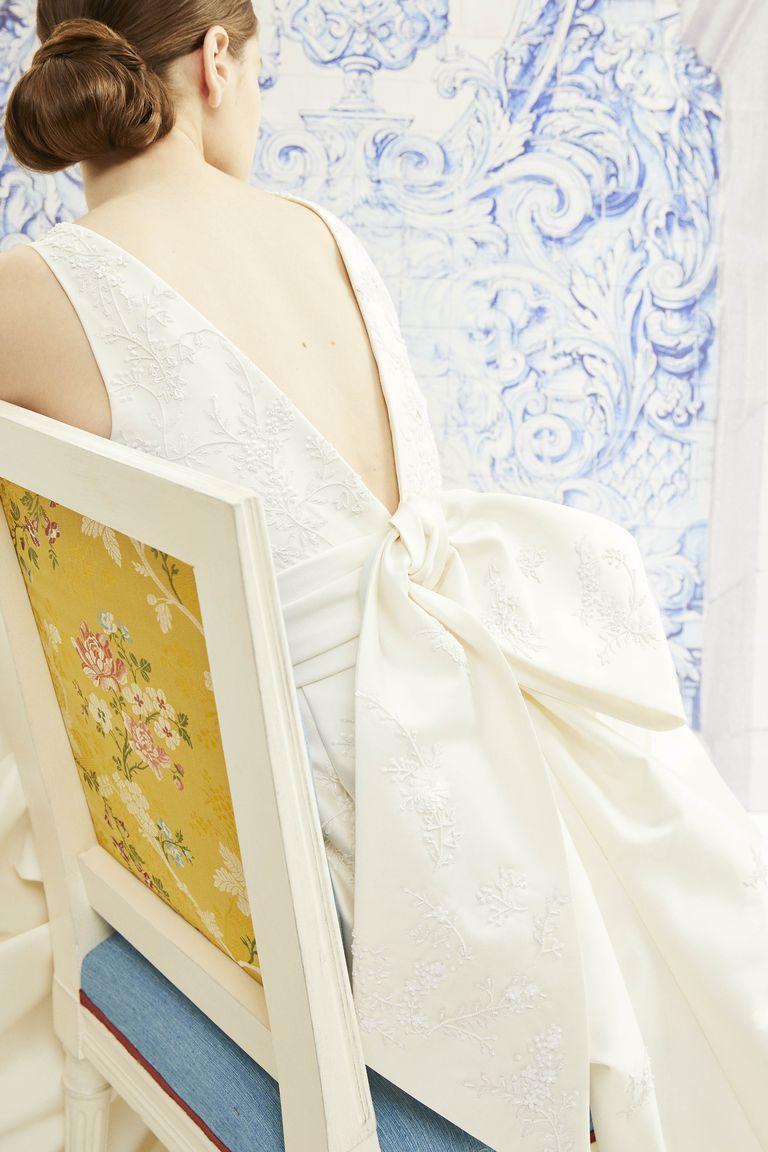 Thiết kế với thắt nơ lưng mang dáng dấp Kimono trong bộ sưu tập mùa thu của thương hiệu Carolina Herrera.