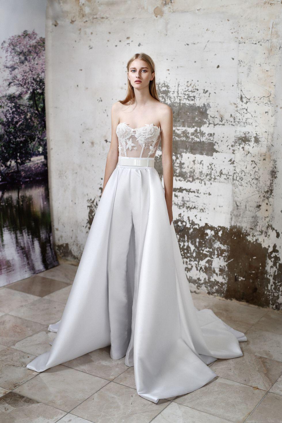 Thiết kế jumpsuit phối ren với kiểu dáng vừa cá tính vừa quyến rũ của thương hiệu Galia Lahav trong bộ sưu tập Thu 2019.