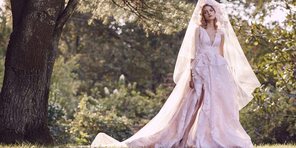 Thiết kế váy cưới màu hồng phấn của thương hiệu Marchesa.