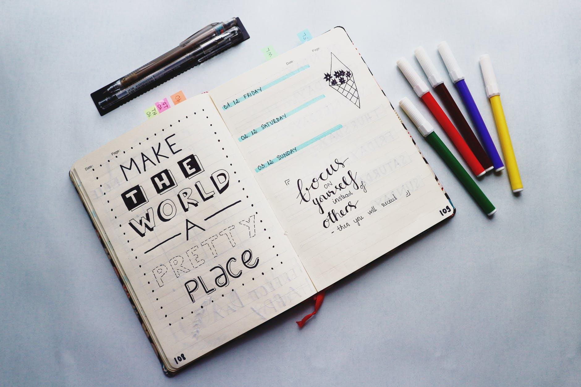 journal với nhiều cây bút màu