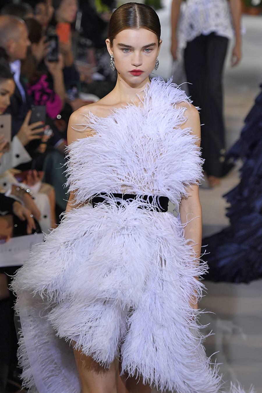 Người mẫu diện váy lông vũ màu tím của Oscar de la Renta