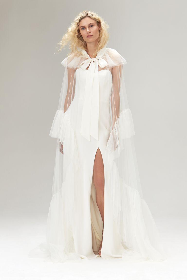 Váy cưới với áo choàng thắt nơ ở cổ và điểm nhấn phần tay của thương hiệu Savannah Miller.