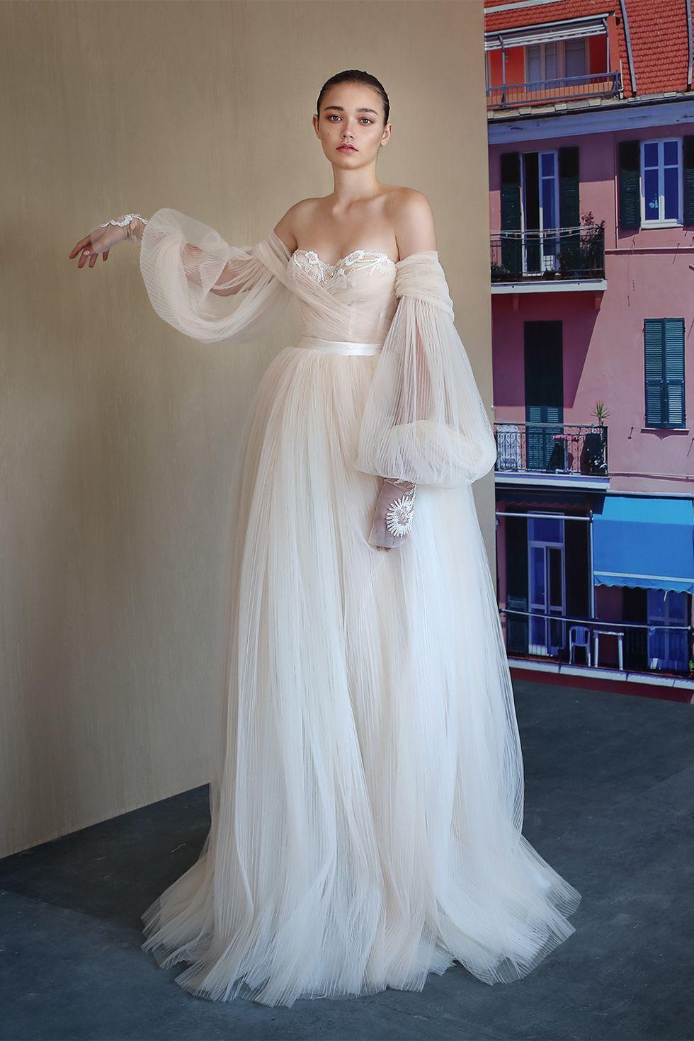 Thiết kế váy cưới với phần vai trễ, tay bồng với phần thắt ở cổ tay của nhà mốt Galia Lahav trong bộ sưu tập váy cưới mùa Thu năm 2019.