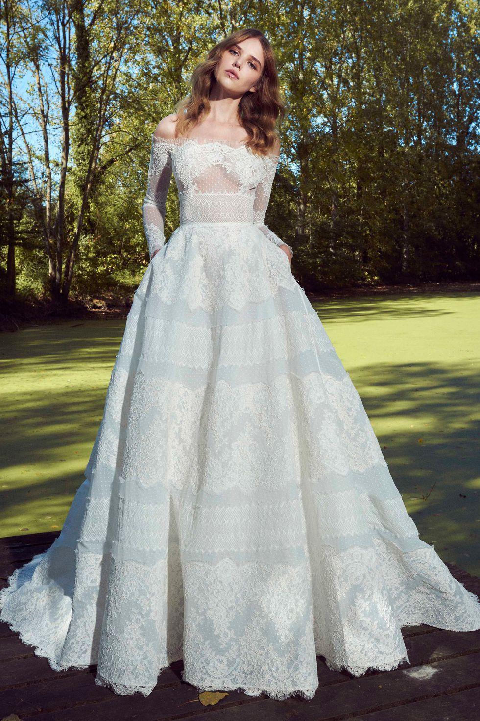 Thiết kế váy cưới phối ren của nhà mốt Zuhair Murad trong bộ sưu tập mùa Thu năm 2019.