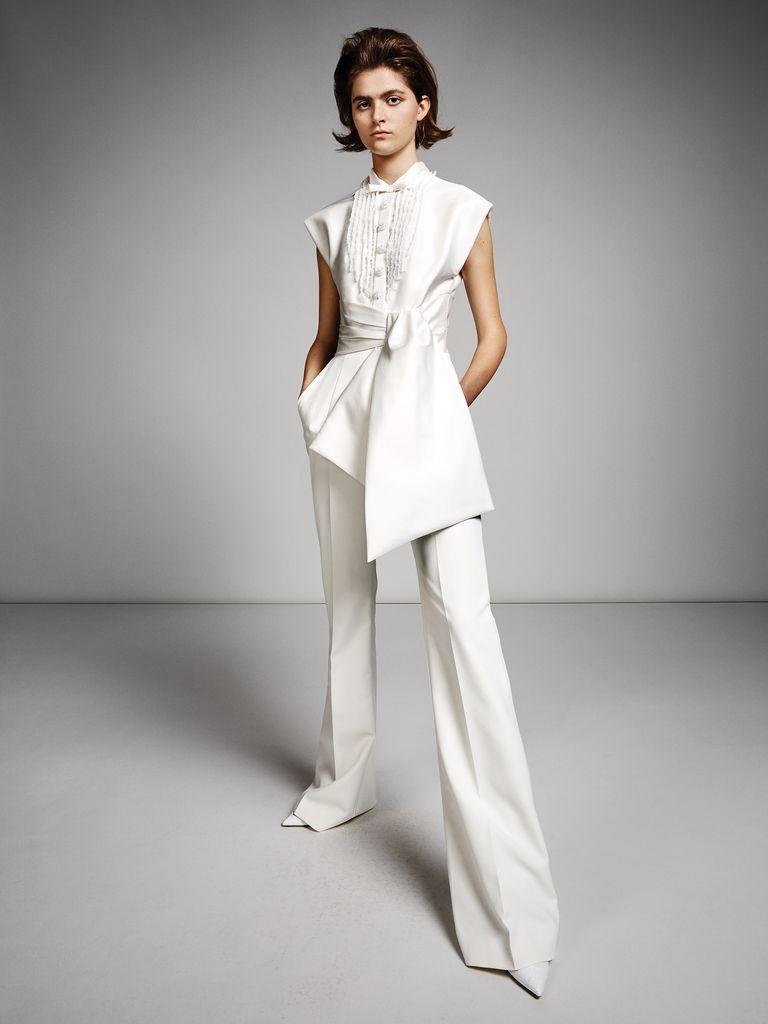 Trang phục cưới với áo vạt bất cân xứng và thắt lưng eo cùng với quần ống loe của thương hiệu Viktor and Rolf.
