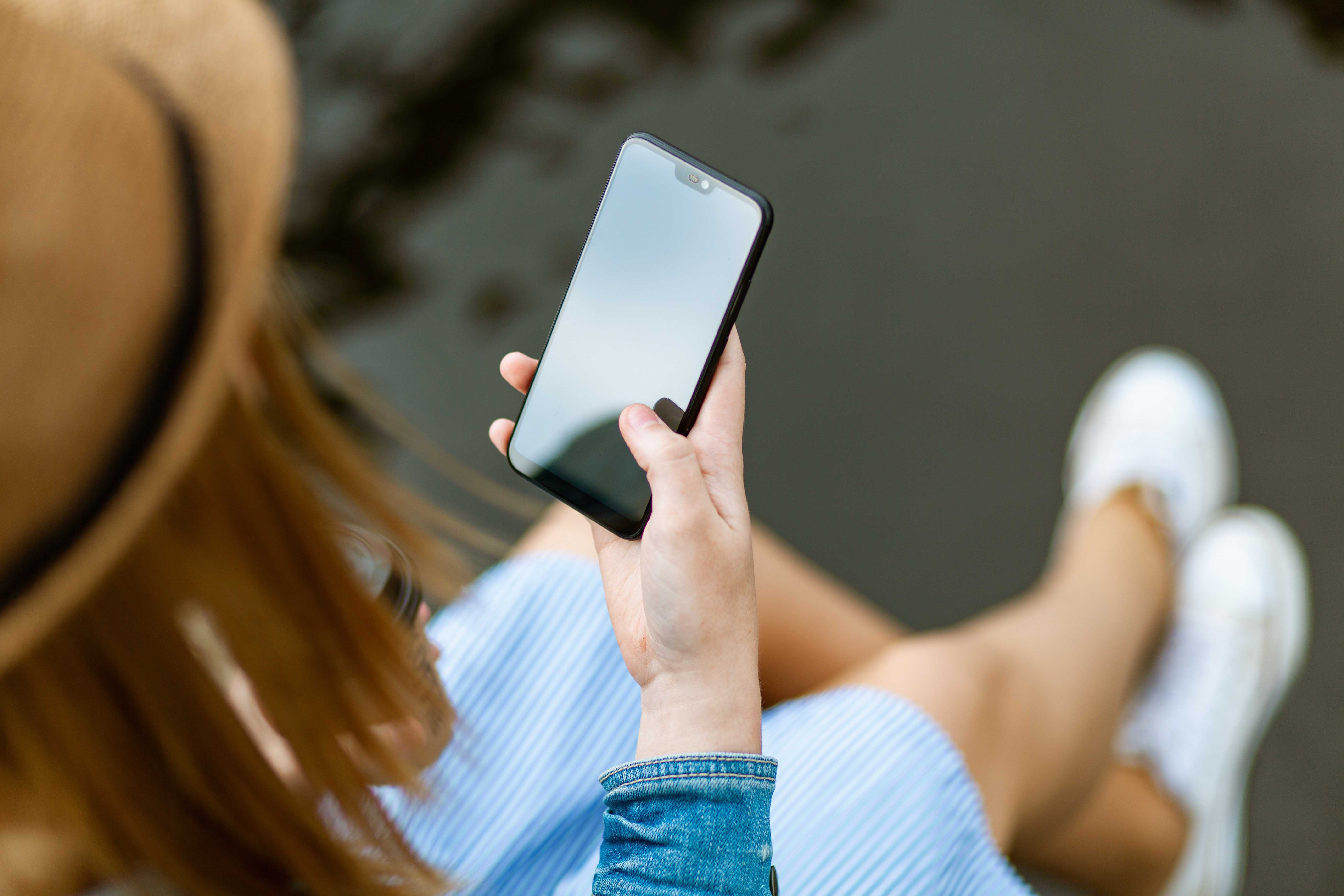 cô gái cầm điện thoại