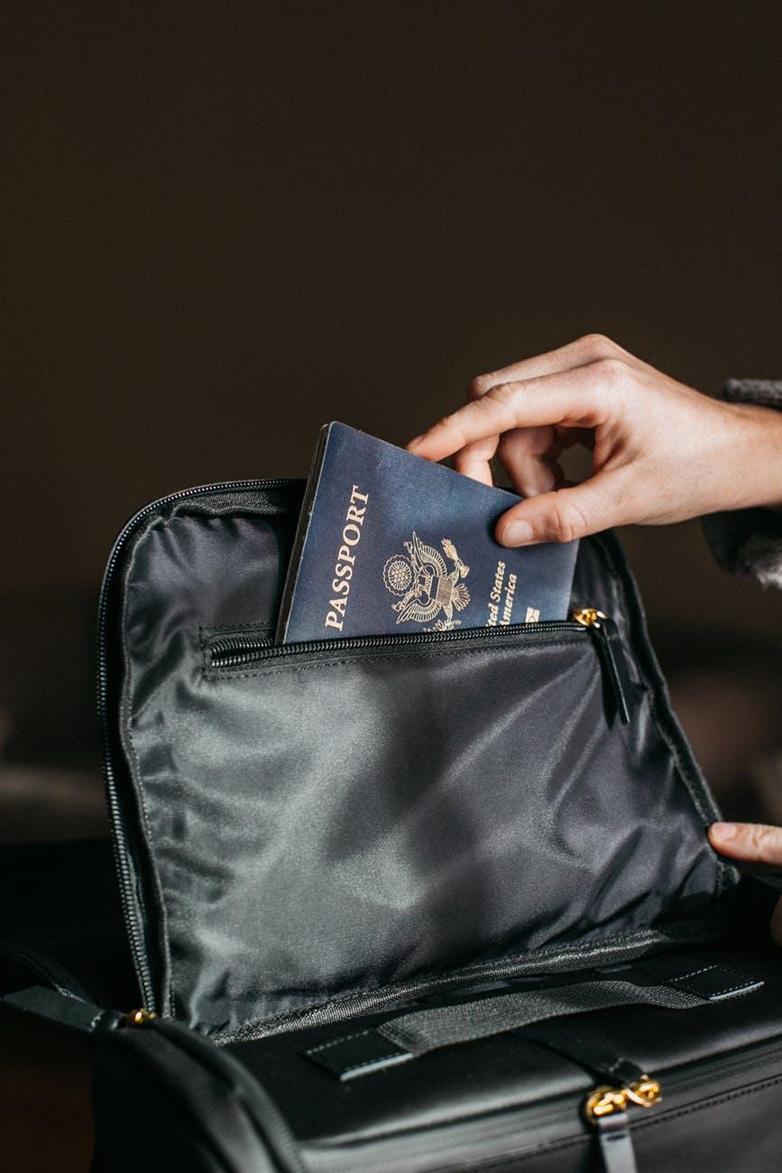 bàn tay bỏ hộ chiếu vào túi