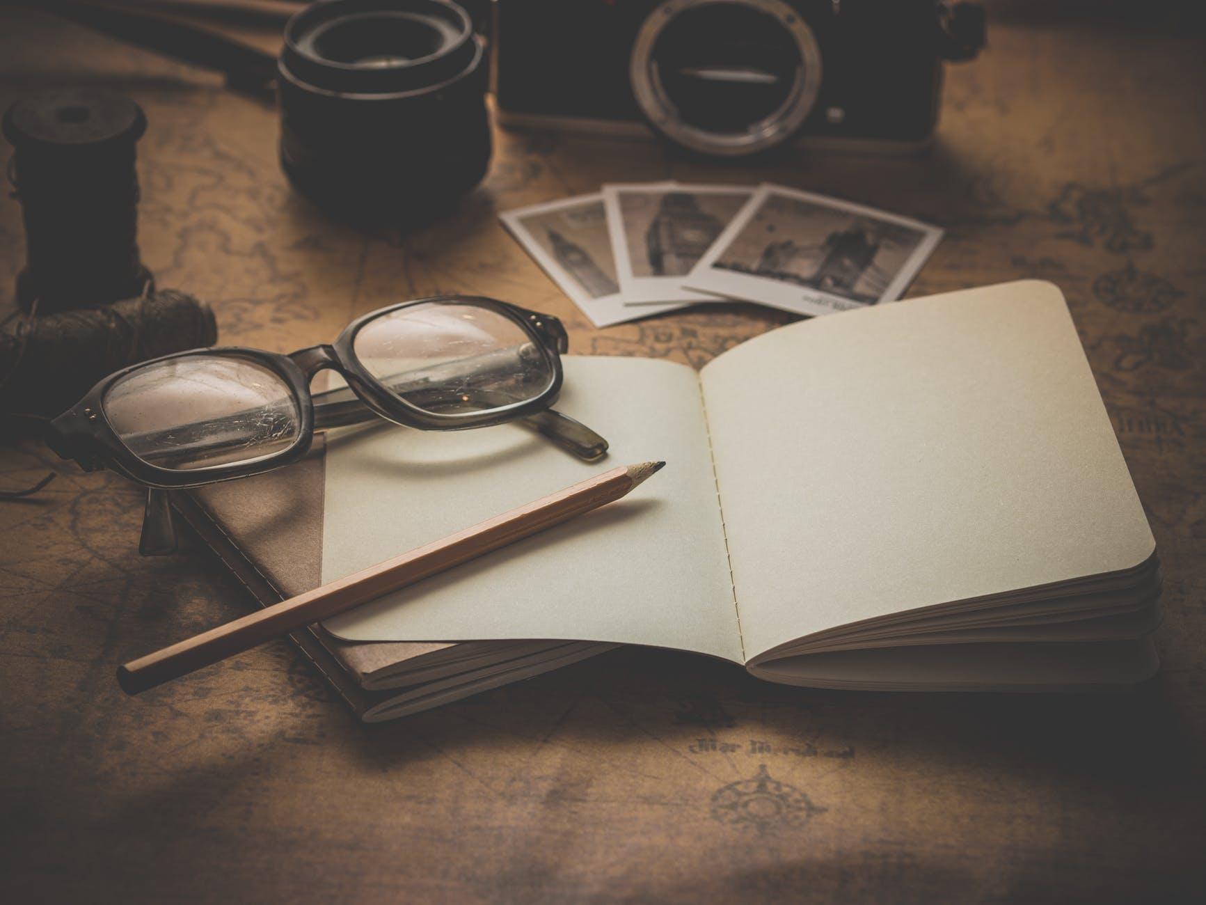 bút chì và mắt kính trên tờ giấy