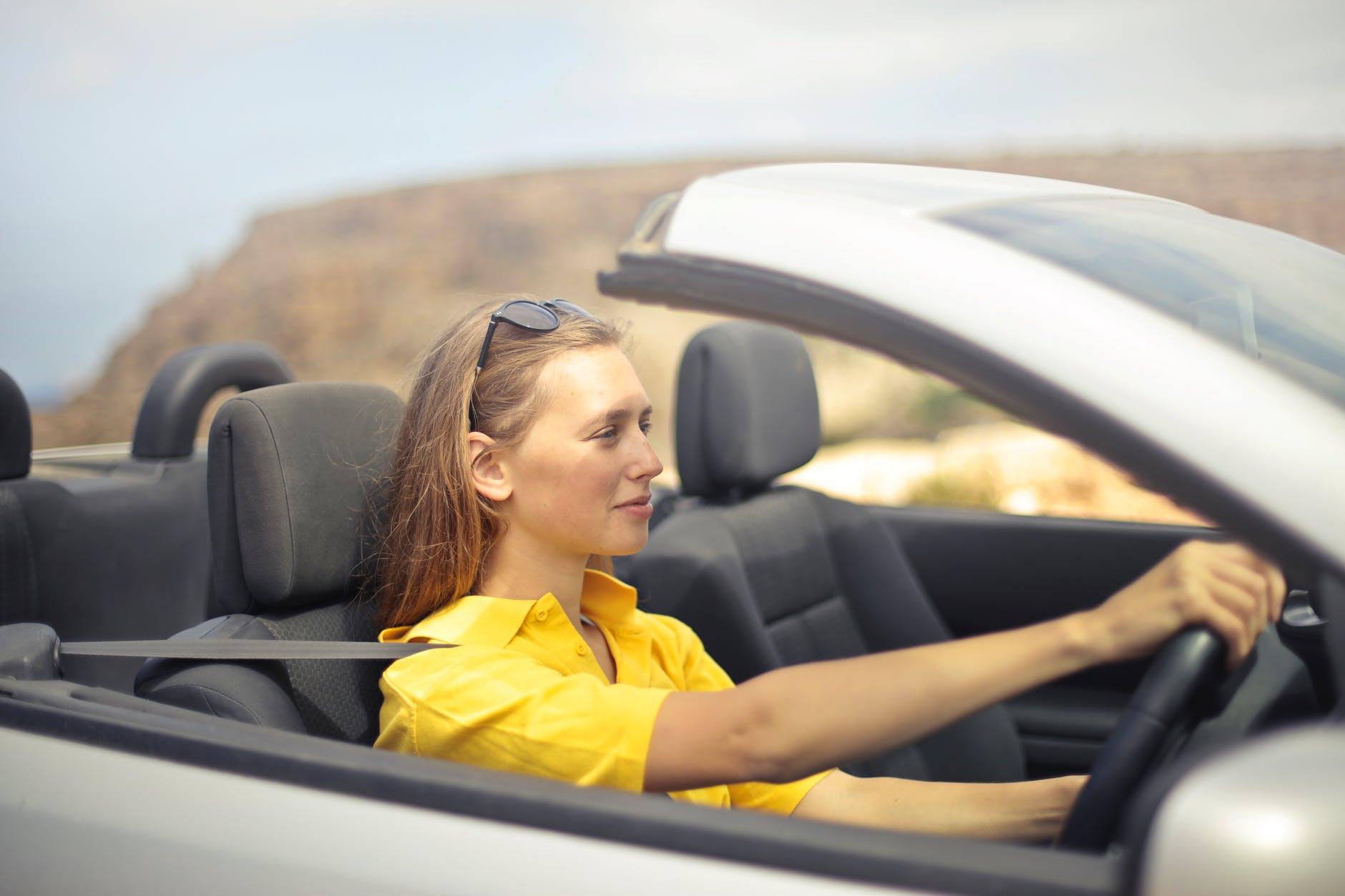 cô gái áo vàng đang lái xe