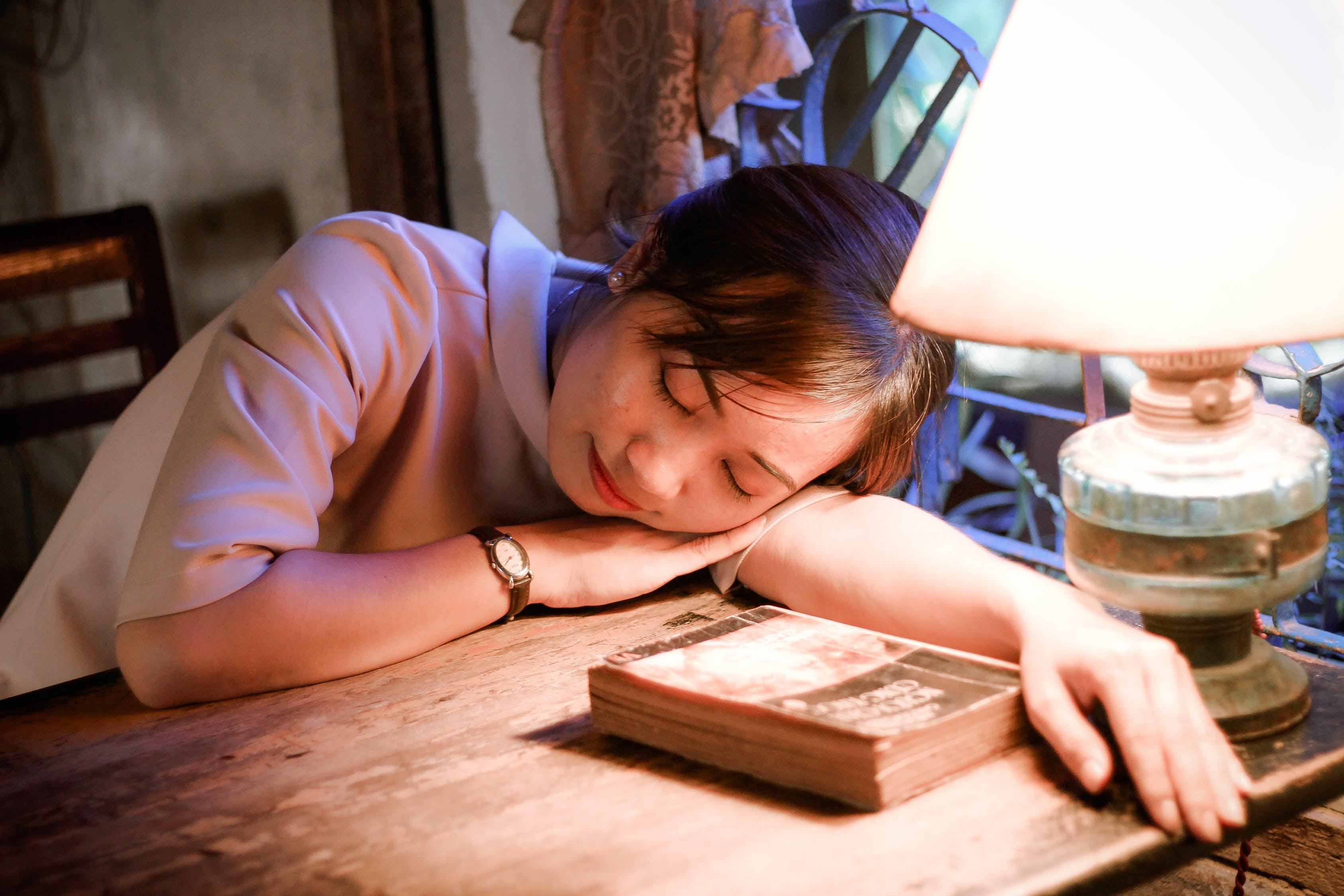 cô gái ngủ gật tên bàn