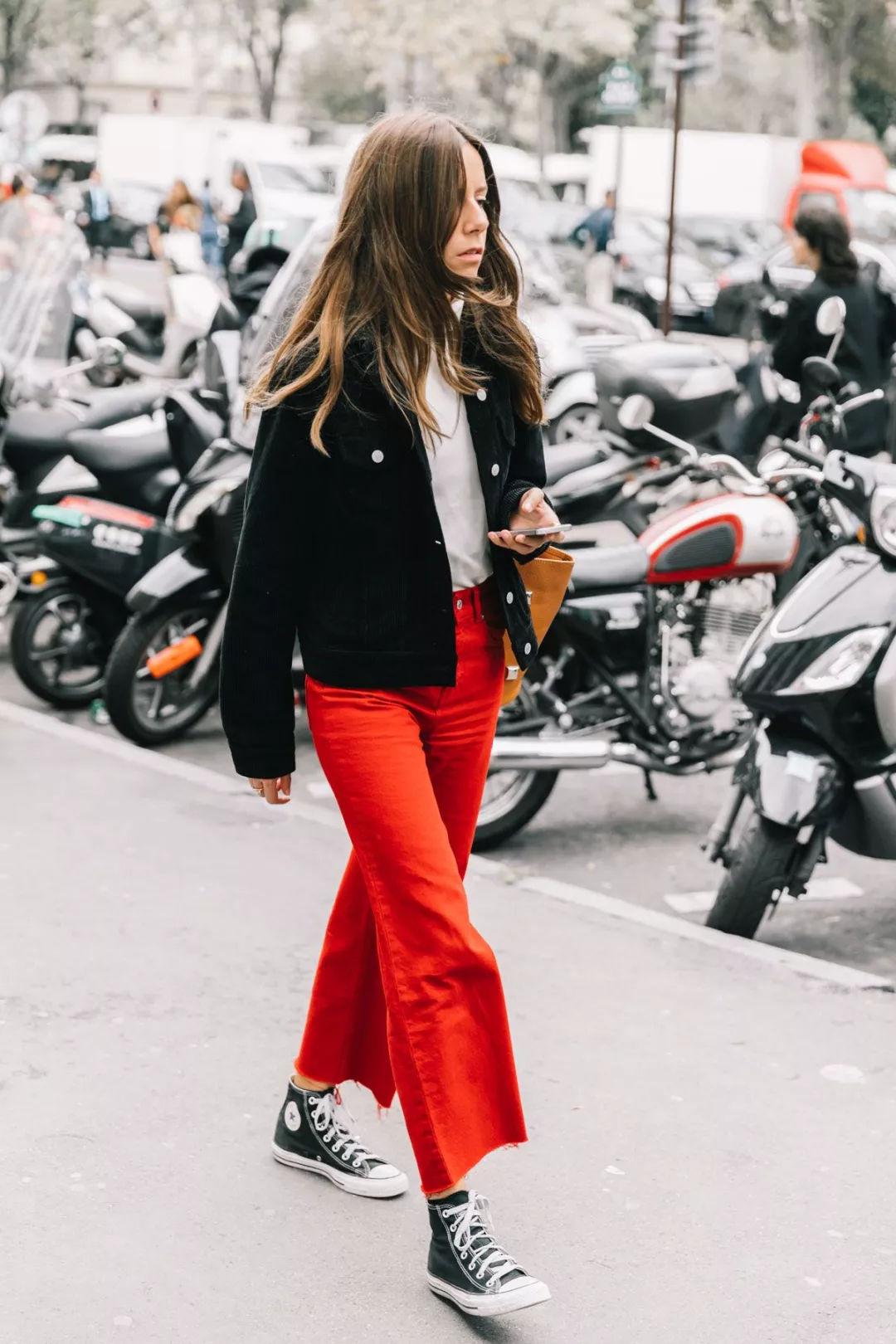 quần đỏ áo denim giày converse