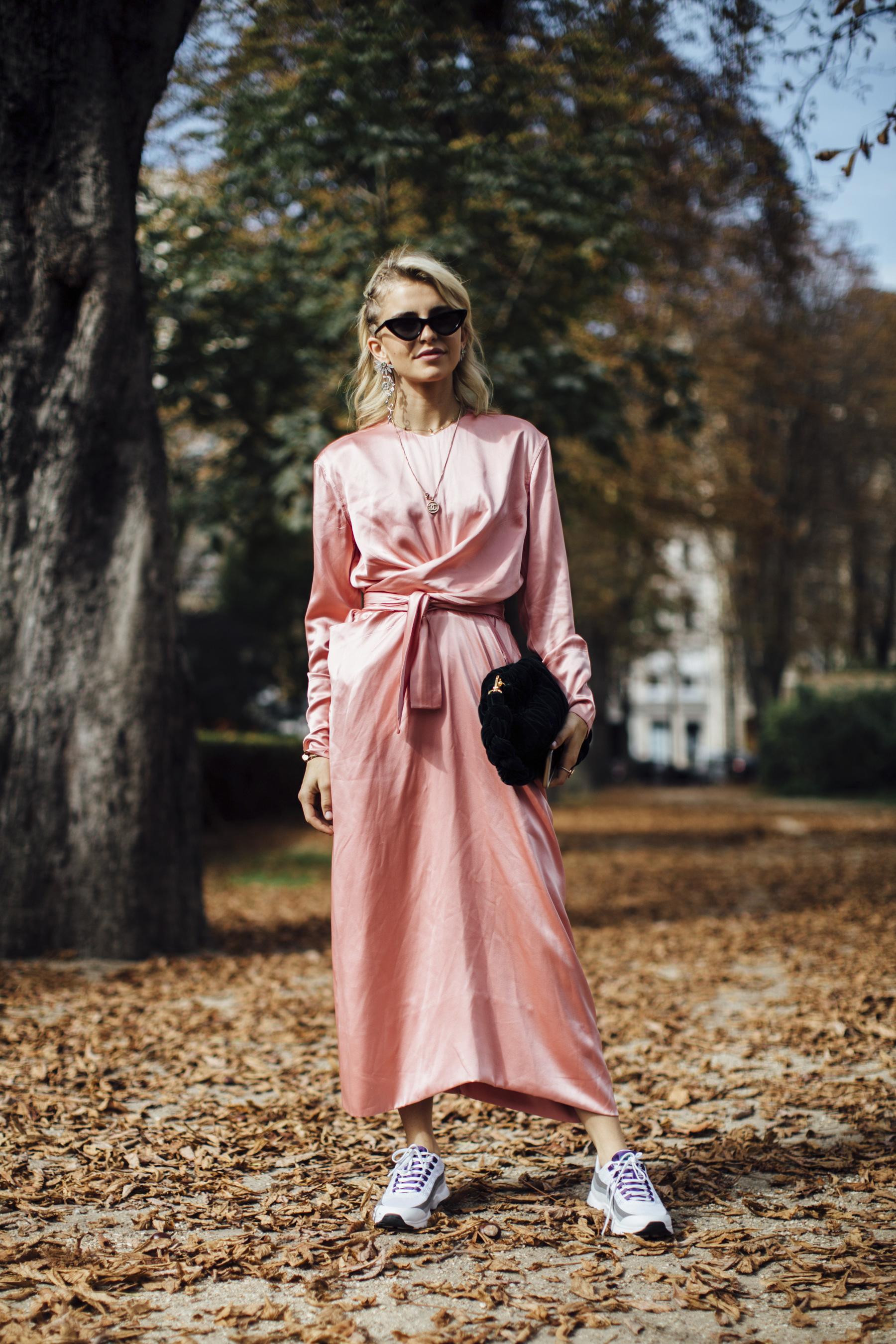 đầm hồng millennial túi xách giày new balance