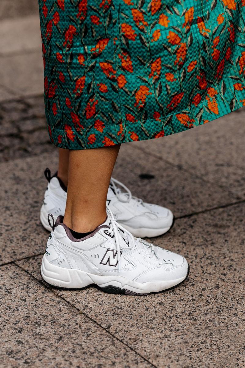 đầm hoa giày new balance tuần lễ thời trang