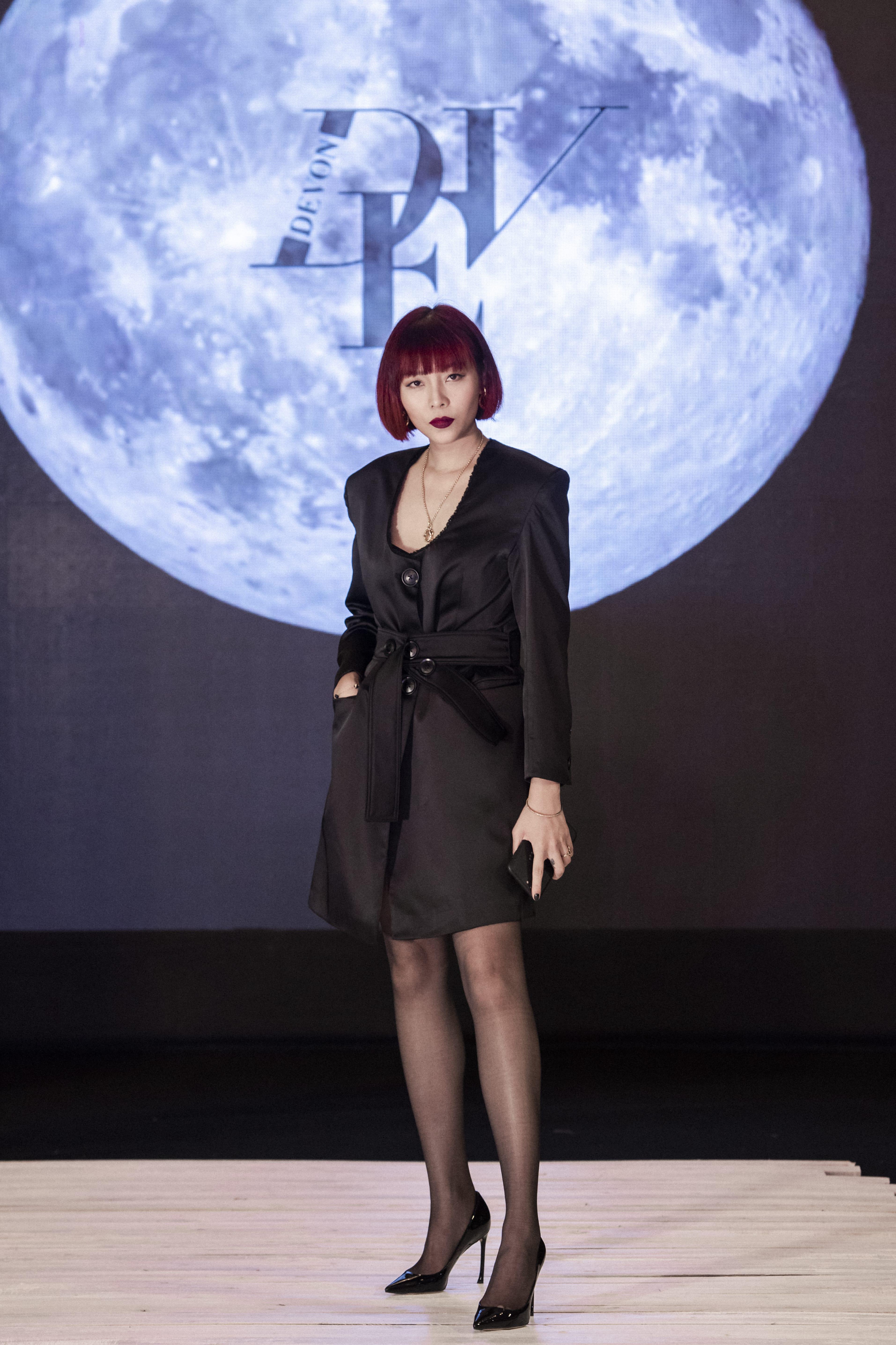 NTK Devon Nguyễn tại show diễn thời trang Pre-Fall Moonlight