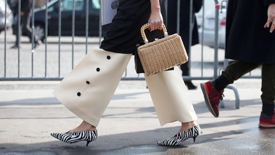 Fashionista mặc quần âu trắng đi giày gót thấp sọc đen trắng