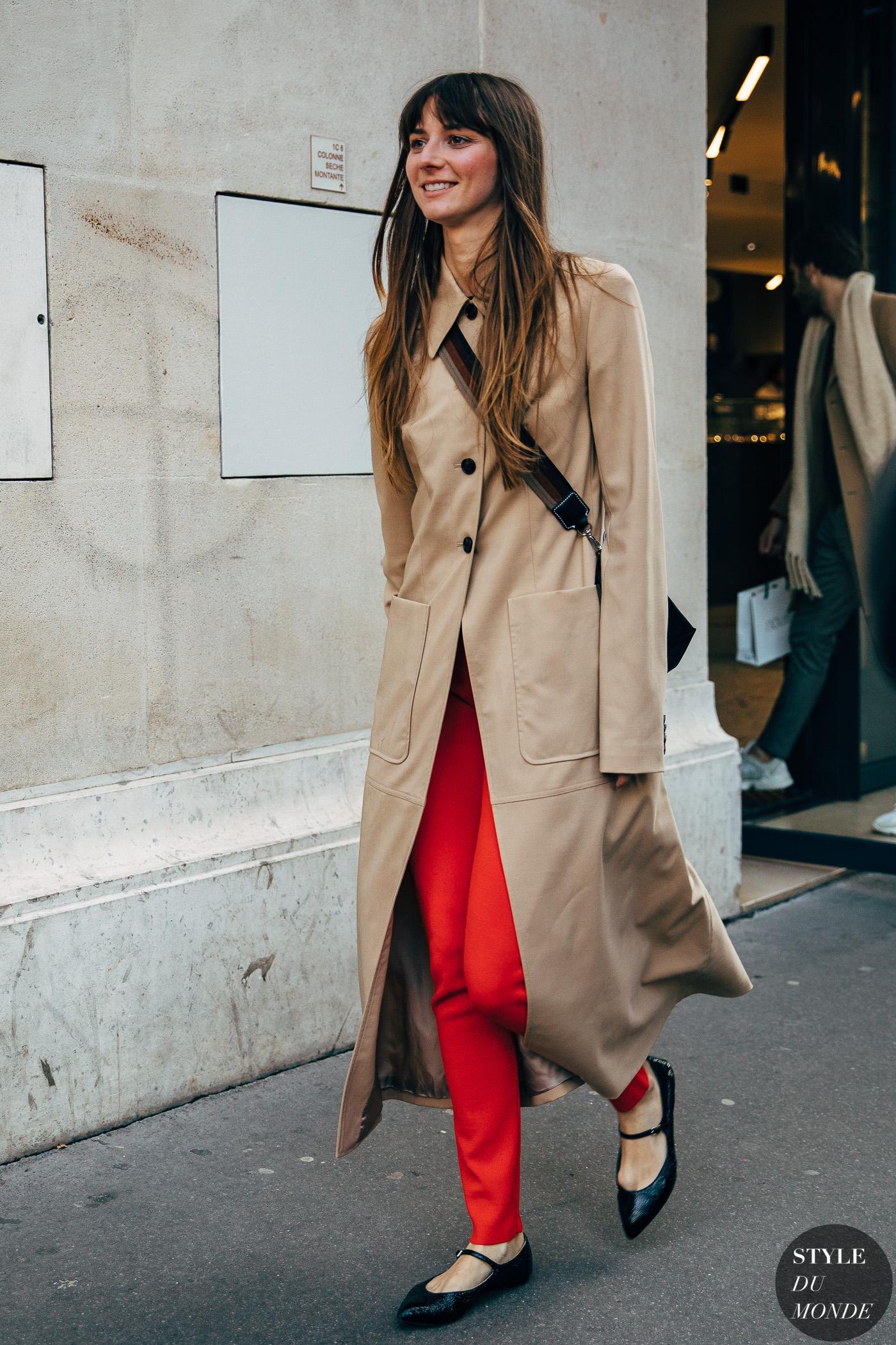 Fashionista mặc quần đỏ đi giày búp bê màu đen