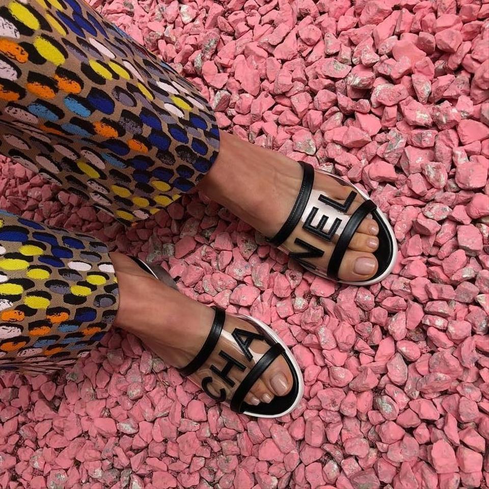 Giày sandal trong suốt thập niên 90