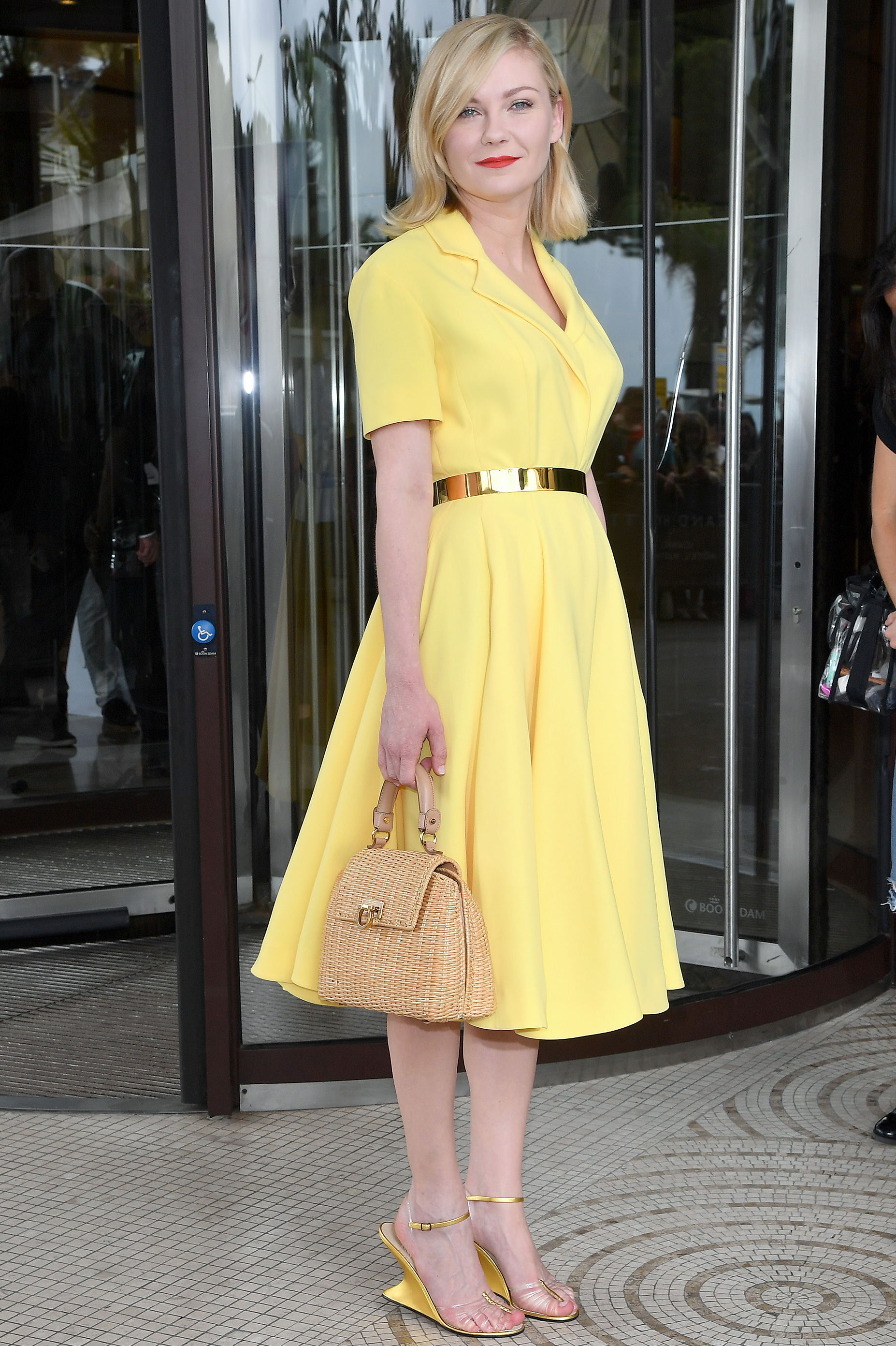 Kirsten Dunst mang sandals trong suốt
