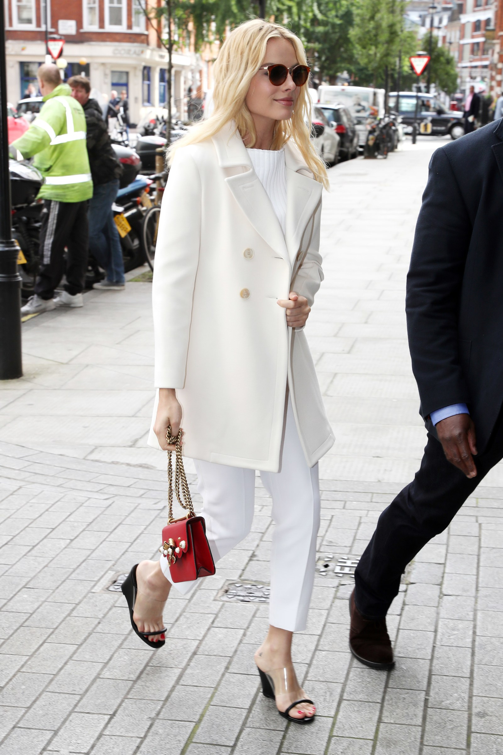 Margot Robbie mang sandals trong suốt
