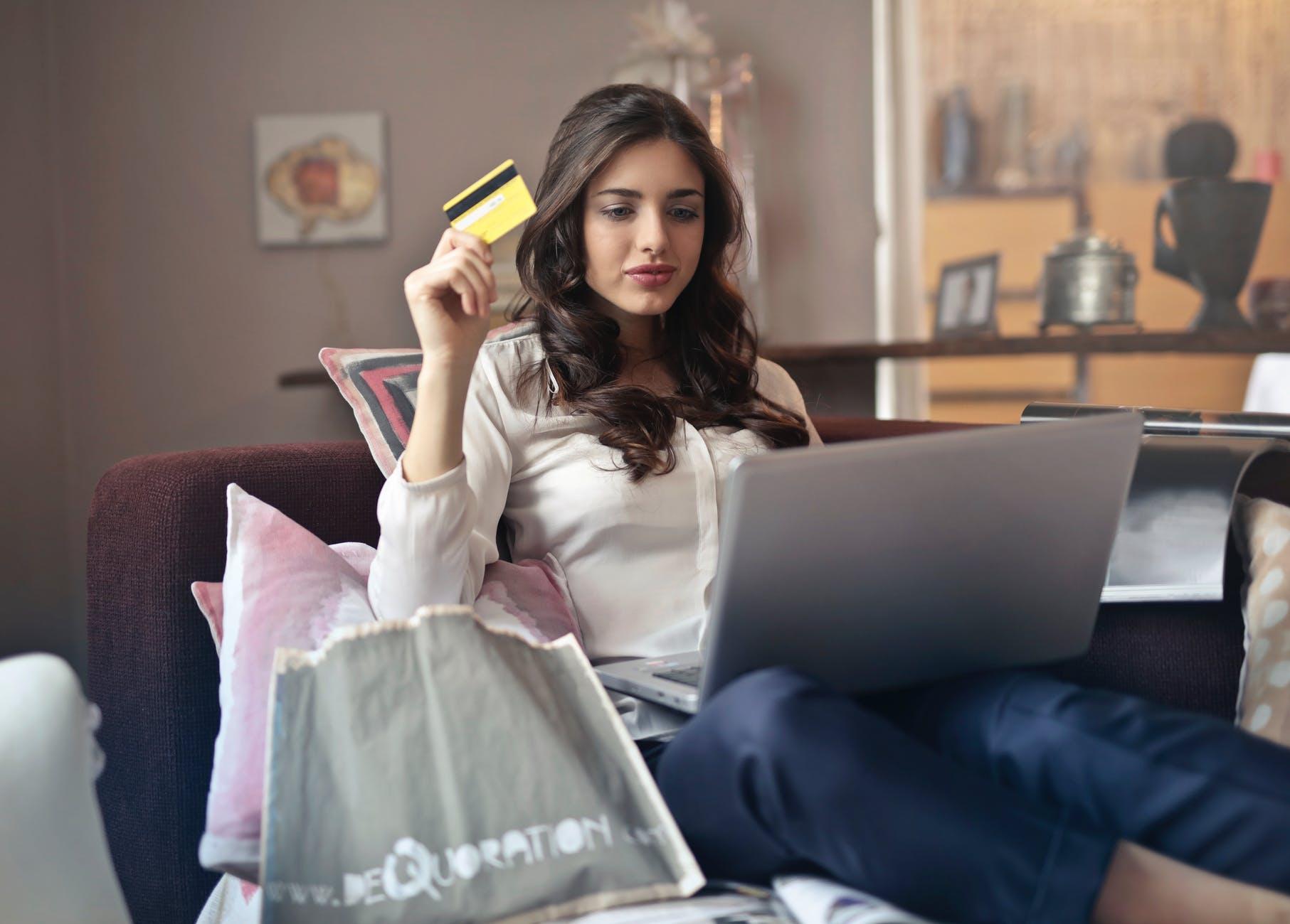 cô gái đang mua hàng trên mạng