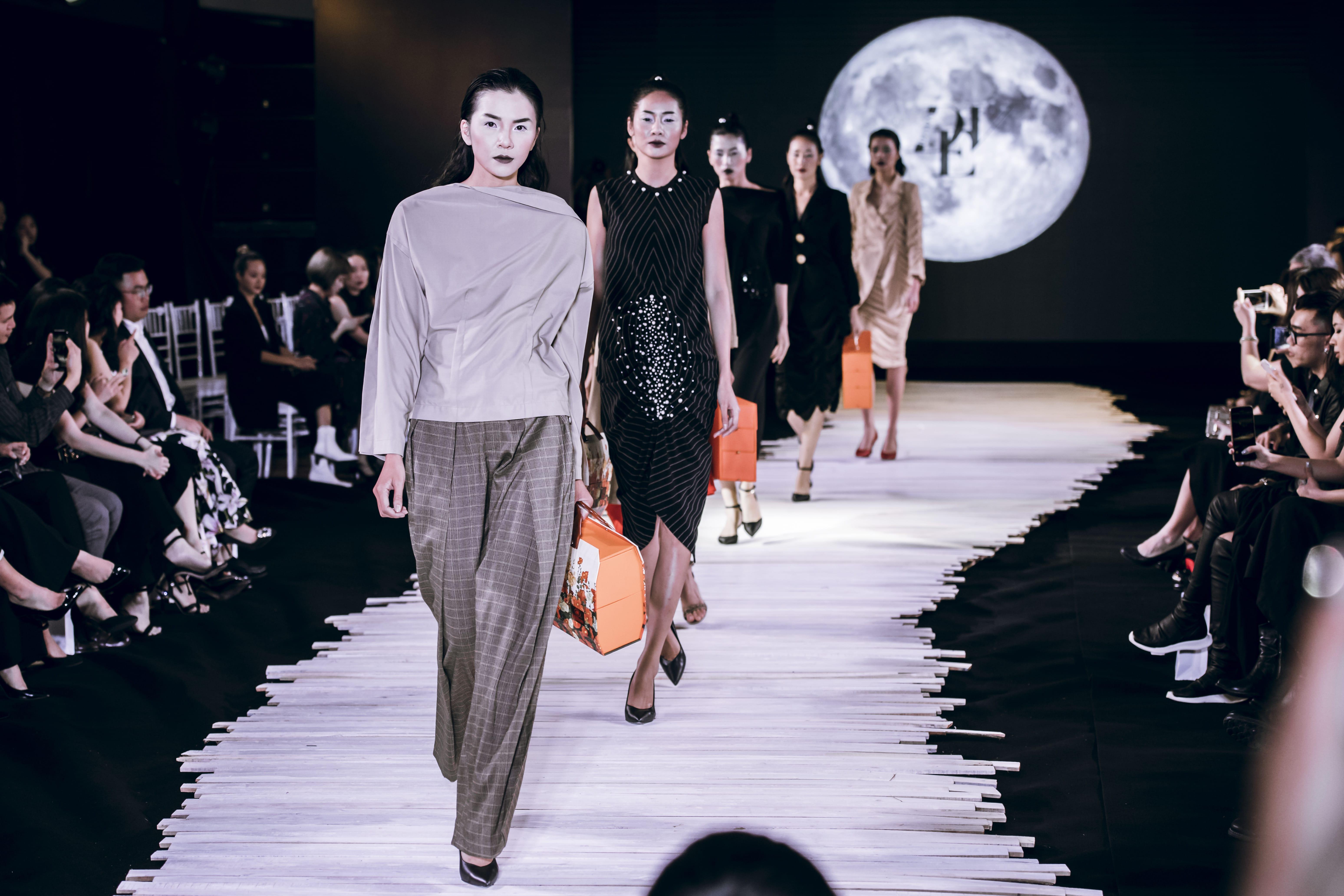 Người mẫu mặc đồ trắng đen trong show diễn Moonlight