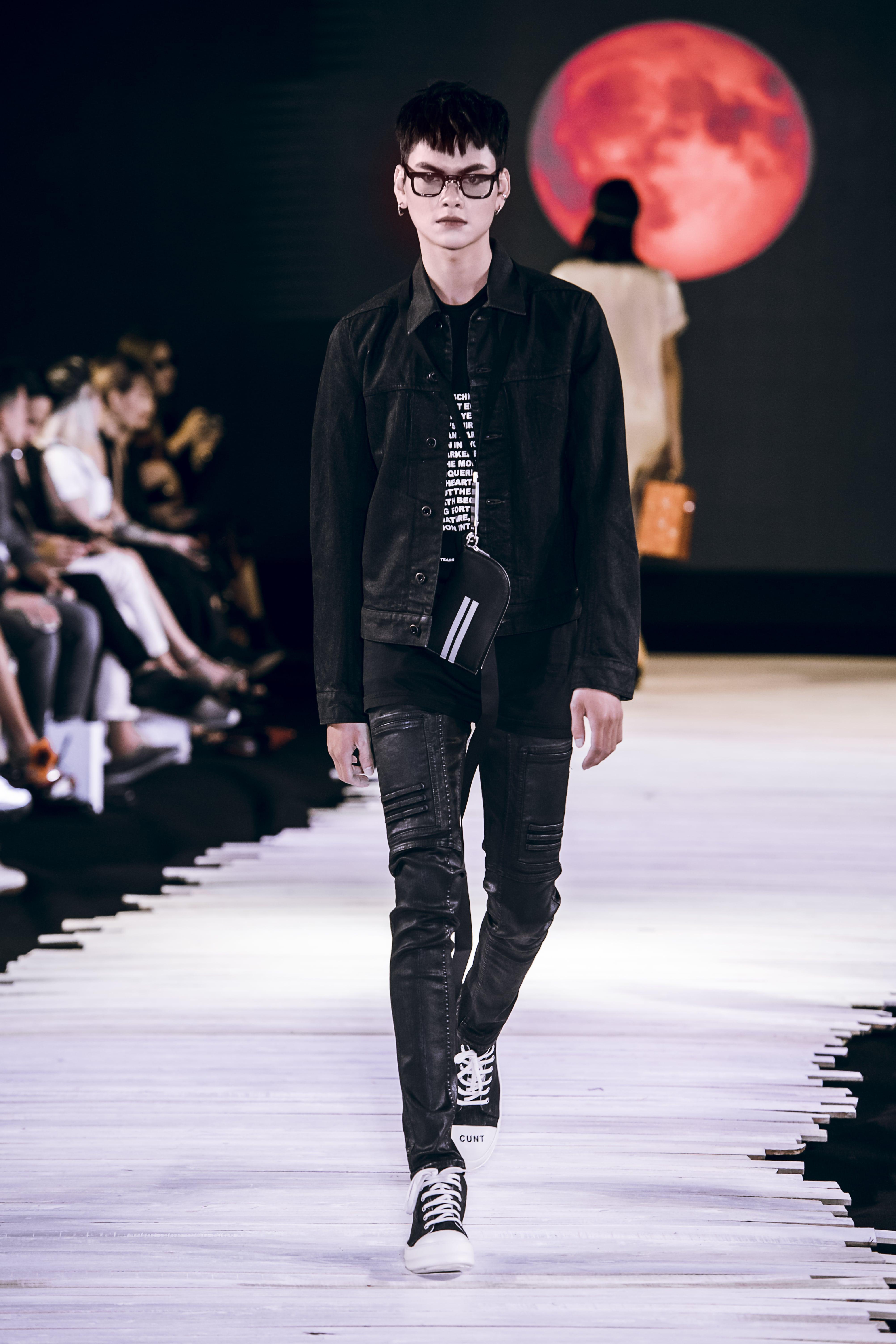 Người mẫu nam mặc áo denim và quần đen