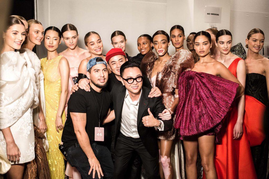NTK Công Trí chụp hình cùng các thiên thần Victoria's Secret trong hậu trường New York Fashion Week