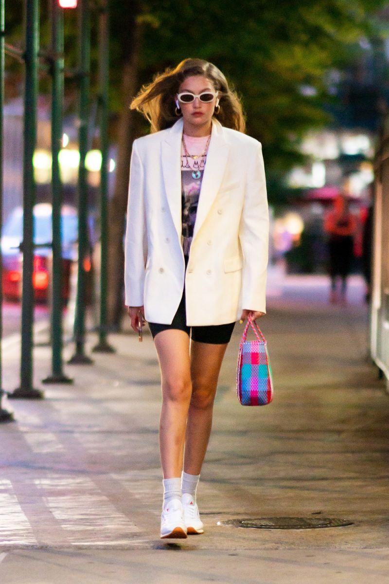 Gigi Hadid mặc áo thun của BST StellaxTaylor