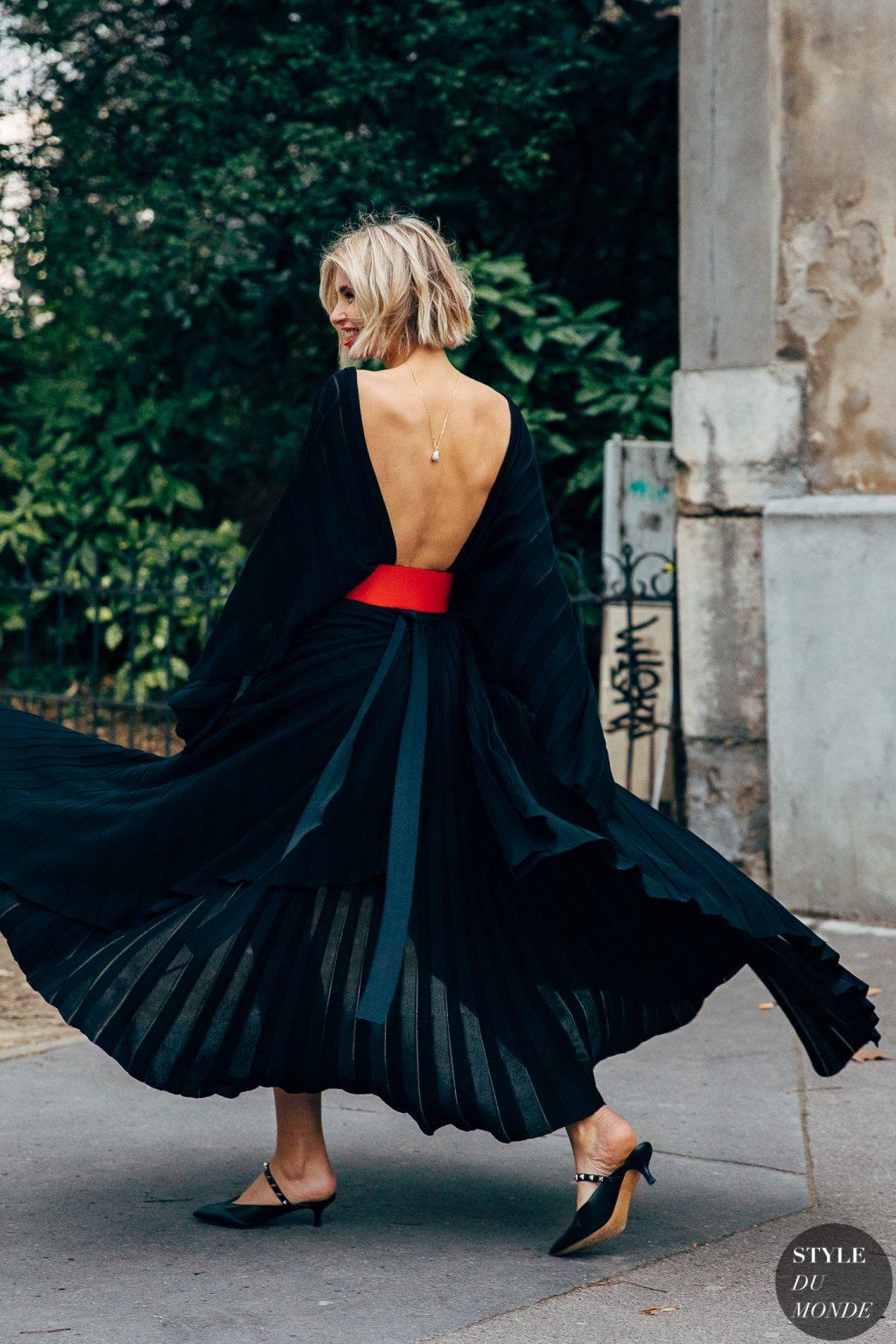 Fashionista mặc váy đen hở lưng đi giày gót thấp màu đen trong BST thời trang mùa Thu