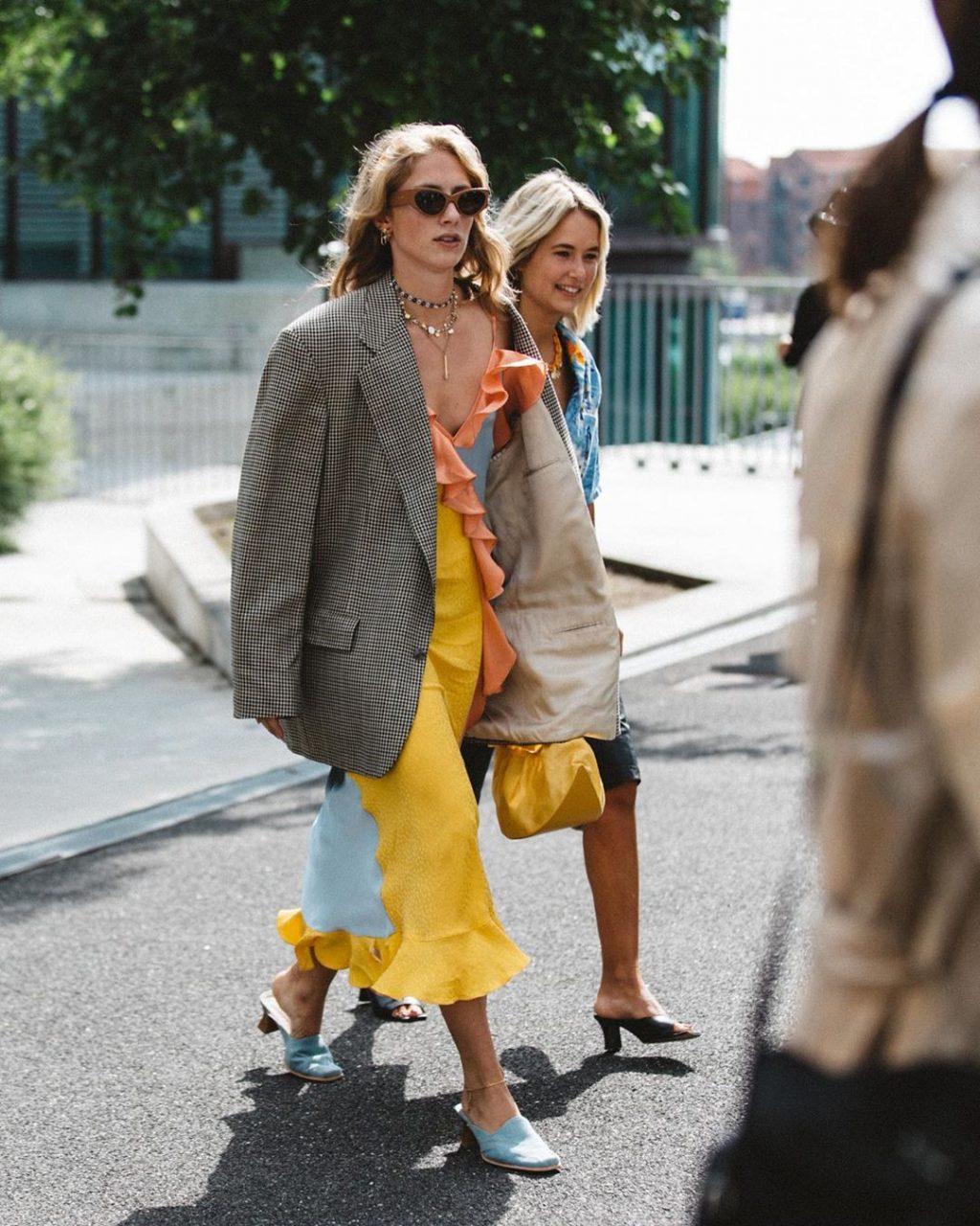 Fashionista mặc váy maxi cùng áo blazer kẻ