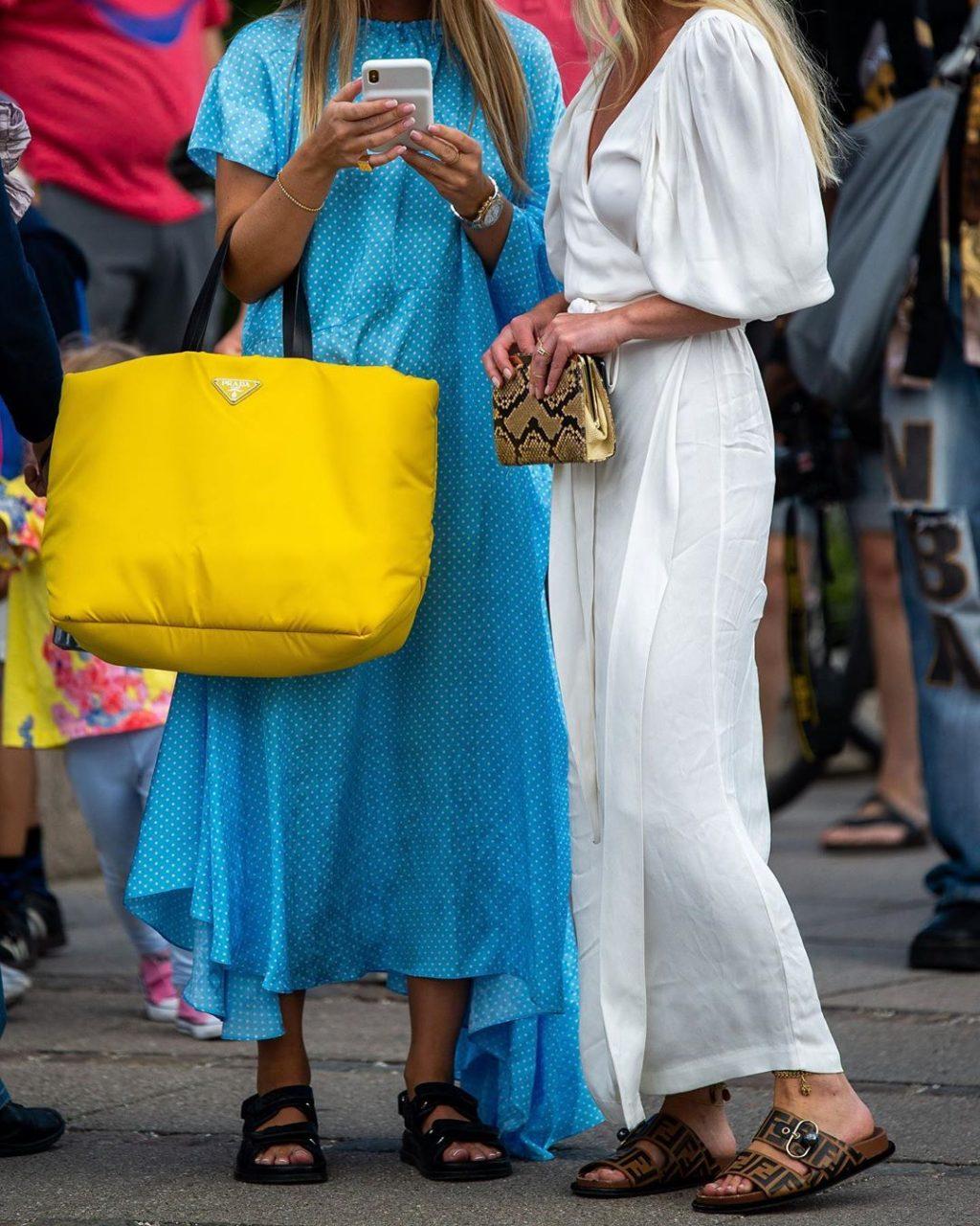 Fashionista mặc váy xanh chấm bi và váy trắng đi giày sandals